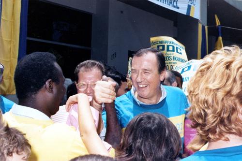 Eleitores cumprimentam José Maria Eymael na 25 de Março em 1985