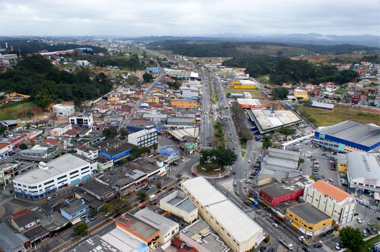 Vista aérea da cidade de Arujá as margens da Rodovia Presidente Dutra no Estado de São Paulo.
