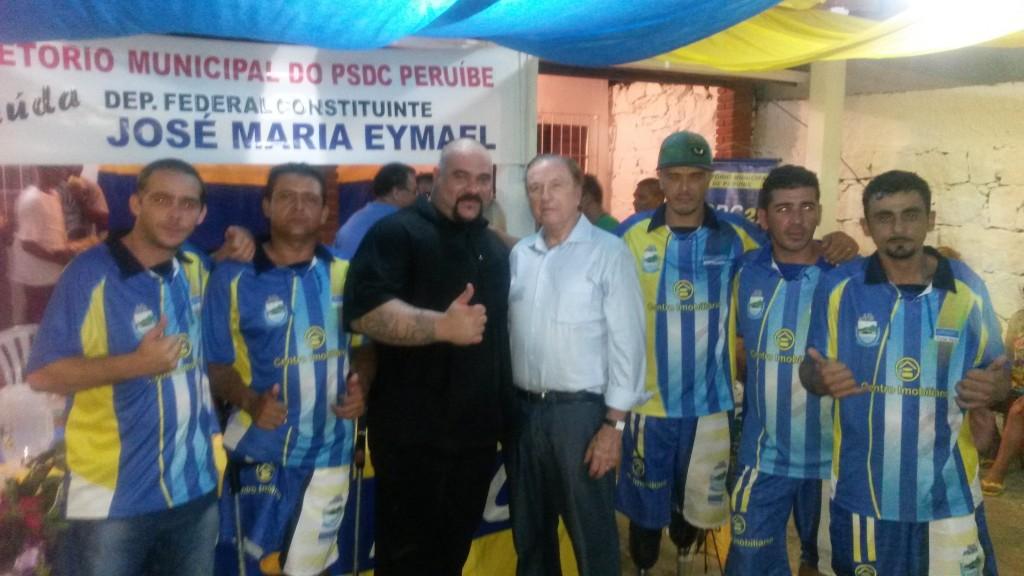 Eymael com o vereador Marcos Mohai e desportistas em Peruíbe