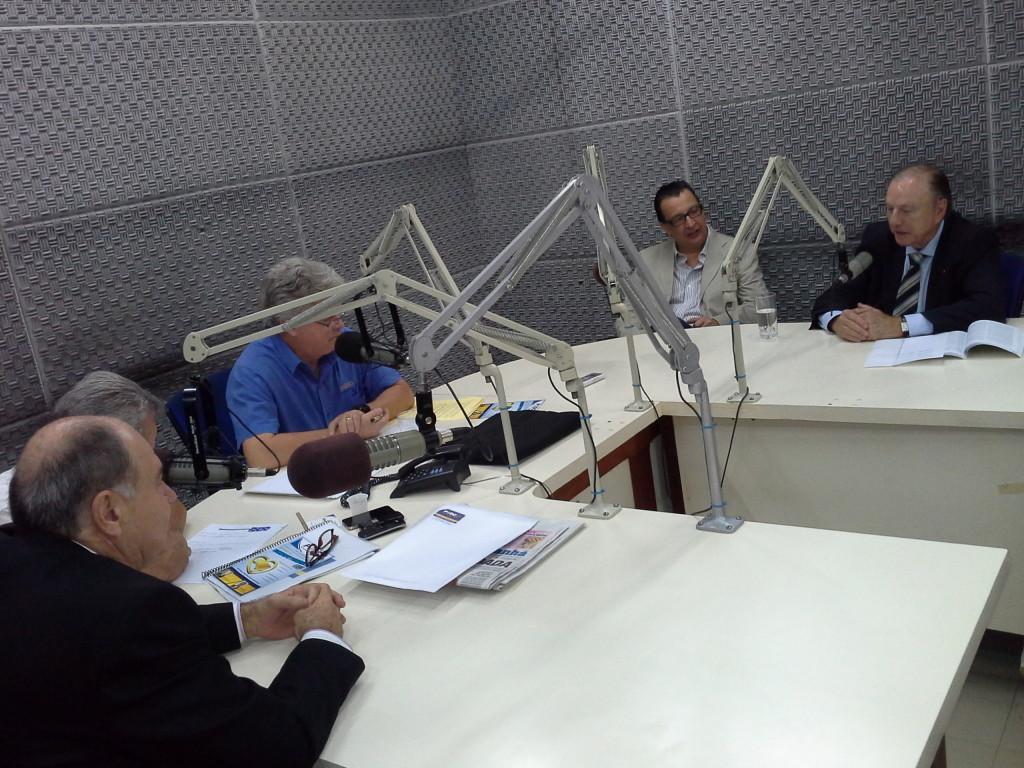 Eymael concede entrevista na televisão durante o VI SDECRIS de Goiás.