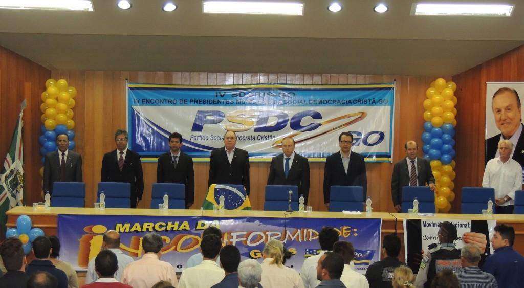 Na abertura da Plenária do VI S-DECRIS de Goiás, o Deputado Federal Constituinte Eymael, ladeado, a direita, pelo Pré-candidato do PSDC ao governo do Estado, Alexandre Magalhães e pelo Presidente Estadual do partido, a esquerda, Ademar Borges.