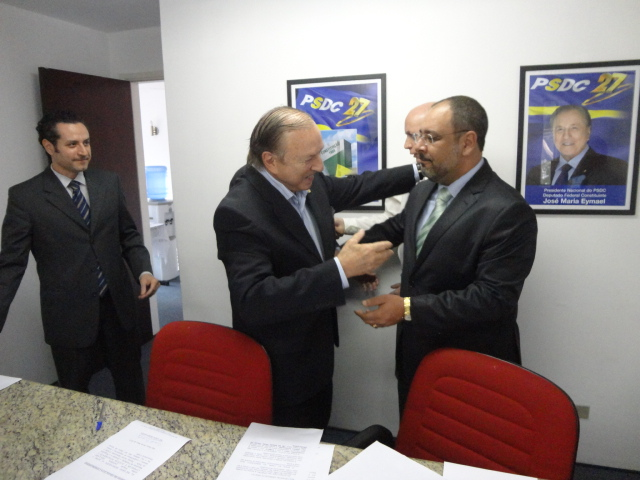 Constituinte Eymael, cumprimenta novos Democratas Cristãos. (Foto: Comunicação PSDC)