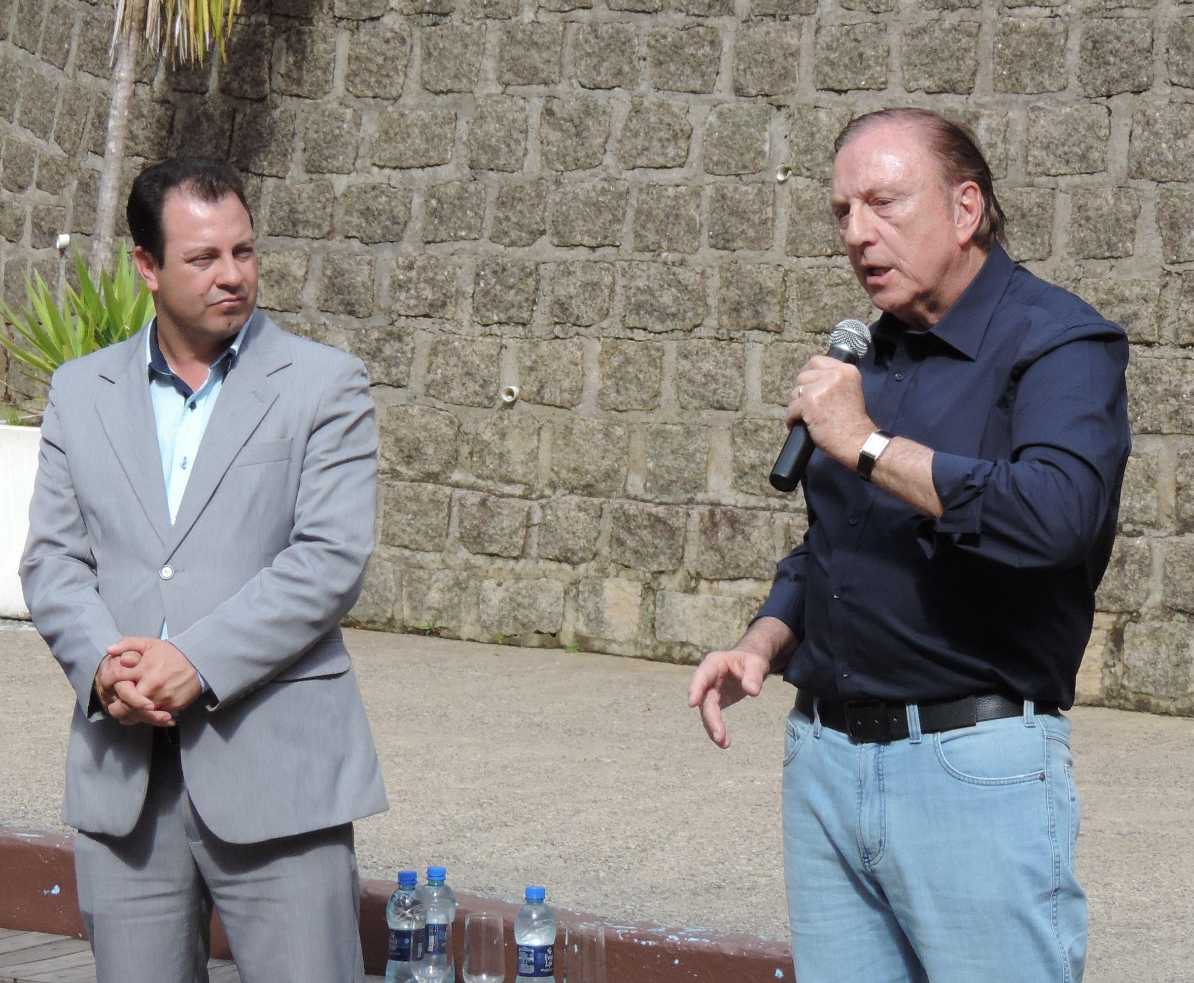 Sob o olhar atento do vereador e candidato a Deputado Estadual por Santa Catarina, Jocimar Lima, Eymael discursa para populares e correligionários em Jaraguá do Sul.