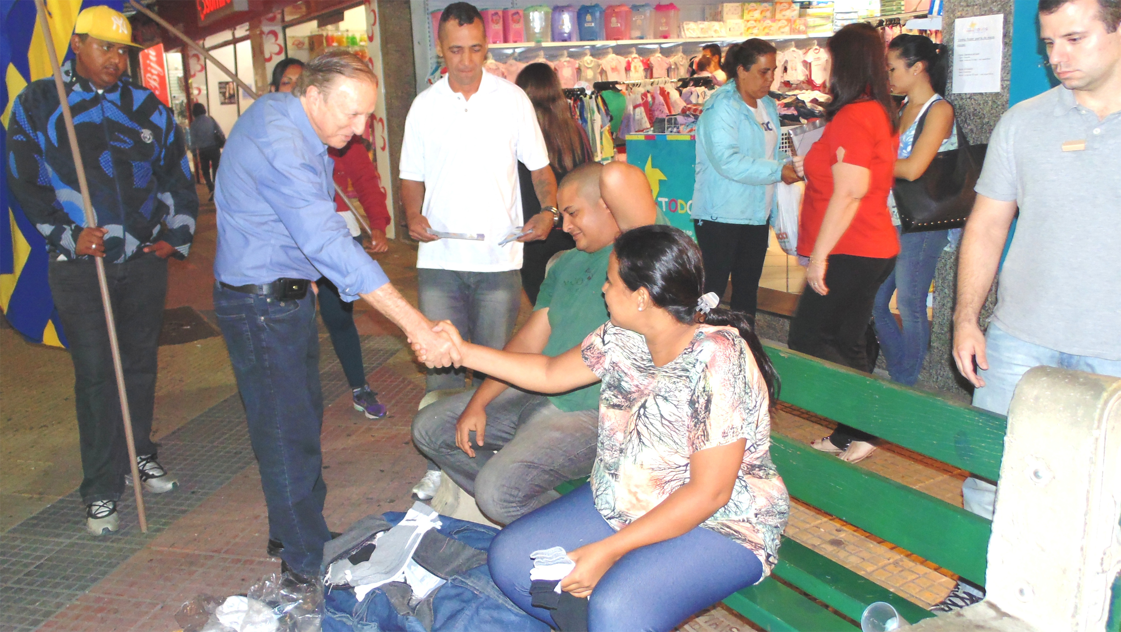"""Na """"capital do vale"""", São José dos Campos, Eymael cumprimentou trabalhadores e populares."""