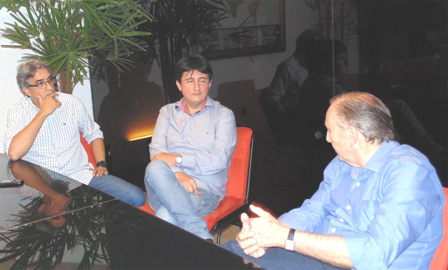 Concedeu uma entrevista ao editor Élcio Costa, primeiro da esquerda para direita, do Jornal Vale, acompanhado pelo Democrata Cristão joseense Fabrício.