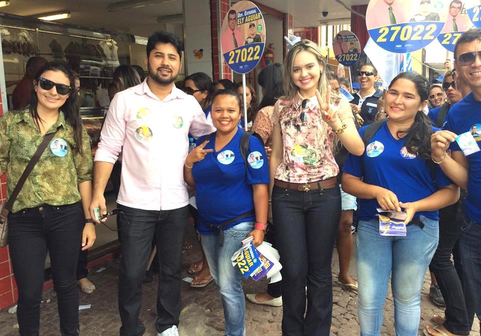 A jovem vereadora de Fortaleza pelo PSDC, Tamara Holanda, recebe cumprimentos de populares durante a visita de Eymael ao Ceara.