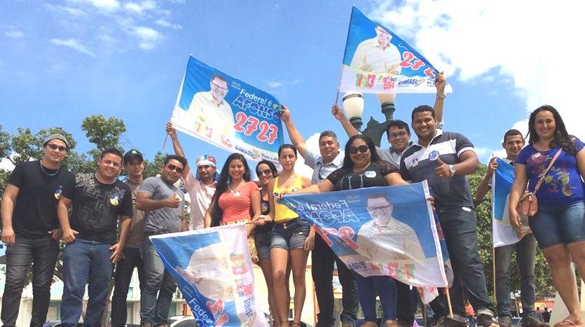 Os correligionários do candidato a Deputado e presidente estadual do PSDC no Acre, José Afonso Vasconcelos agitam as bandeiras do candidato pela Democracia Cristã Acreana.