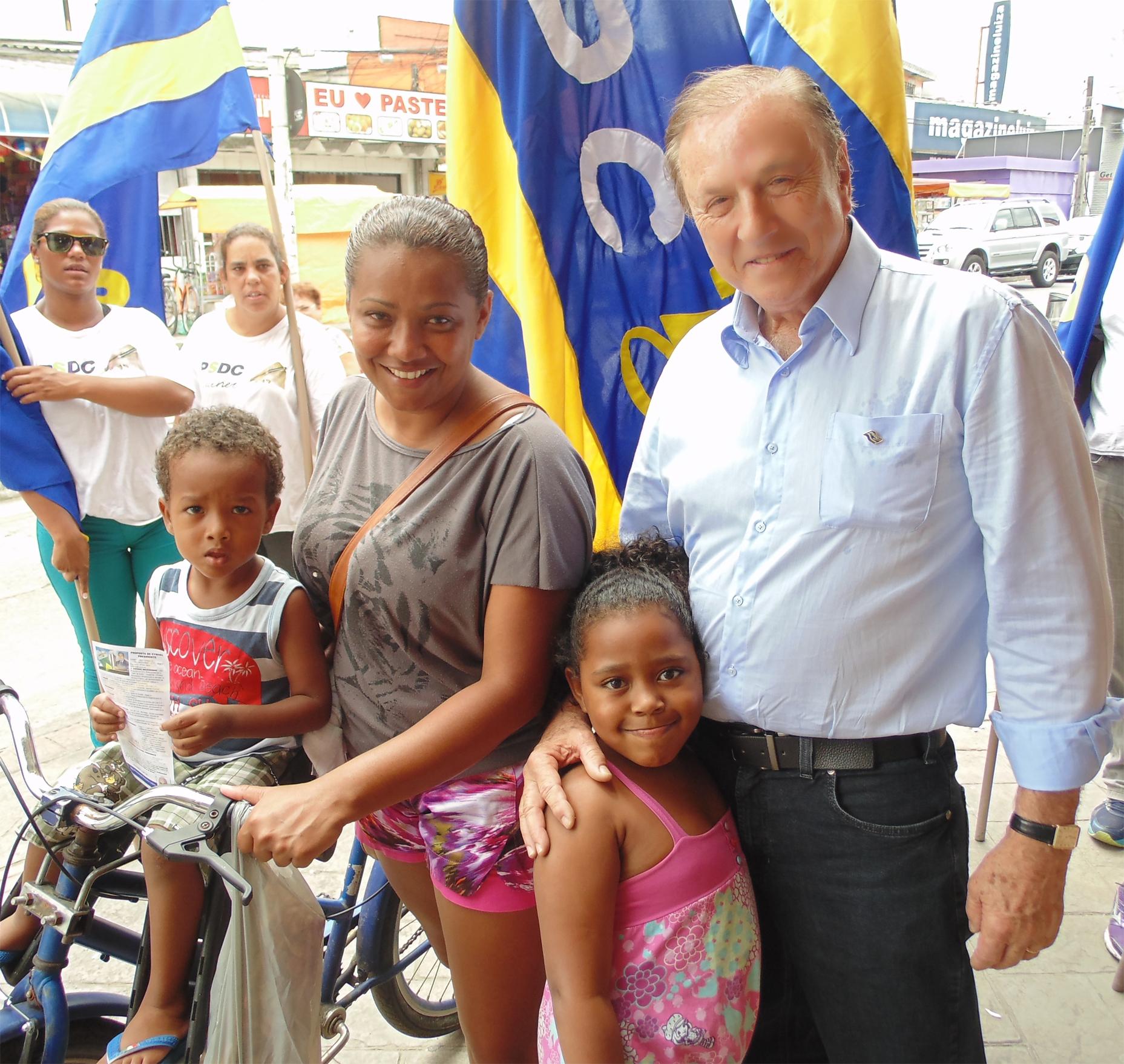 Eymael é saudado por uma família moradora de São Vicente.